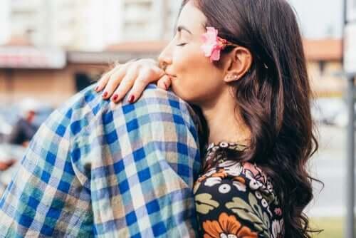Liebe macht uns intelligenter - Paar umarmt sich