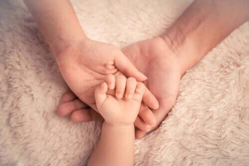 Marasmus - Hände von Eltern und Baby