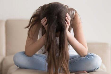 Rapunzel-Syndrom - Frau mit gesenktem Kopf