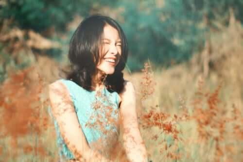 Schlüssel zum Wohlbefinden - Frau in einem Feld