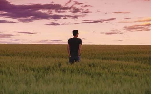 wenn ich an mich glaube - Mann in einem Feld
