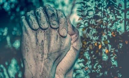 Das soziale Gehirn - zum Gebet gefaltete Steinhände