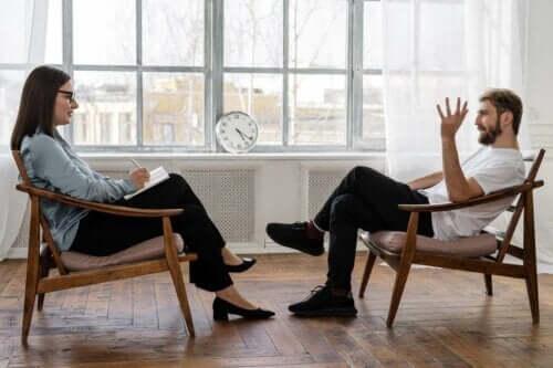 Episodisch-akuter Stress - Mann bei einer Therapeutin