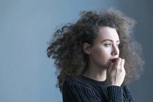 Gehirn vervielfacht Probleme - besorgte Frau