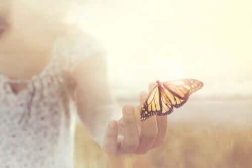 Ich bin dankbar - Schmetterling auf der Hand einer Frau