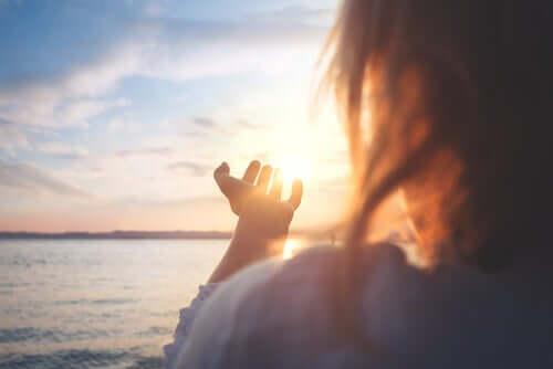 Lerne, dir selbst zu vertrauen - Frau blickt in die Sonne