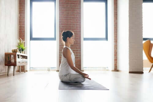 Meditationsübungen - Frau meditiert auf dem Boden