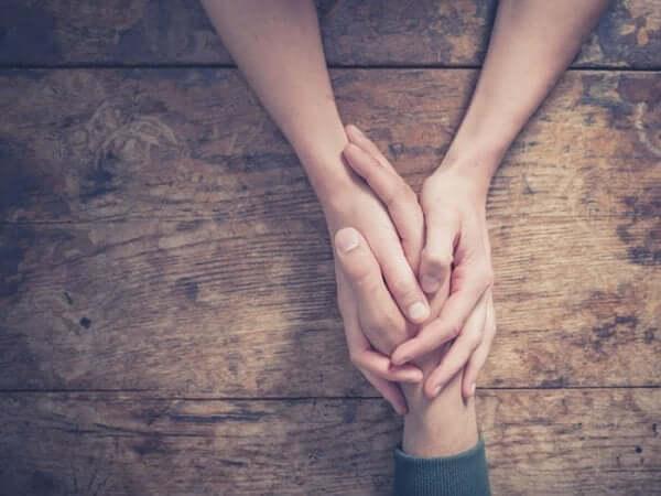 Monsignore Arnulfo Romero - zwei Menschen halten sich die Hand