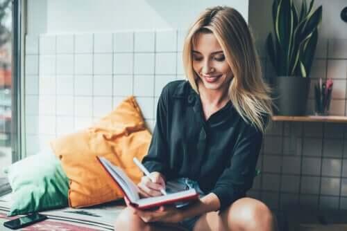Morgenroutine - Frau schreibt in ein Buch