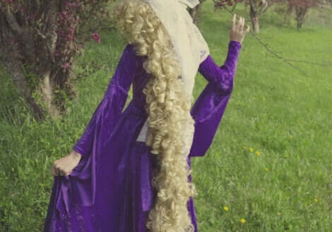 Rapunzel-Syndrom - Rückansicht von Rapunzel