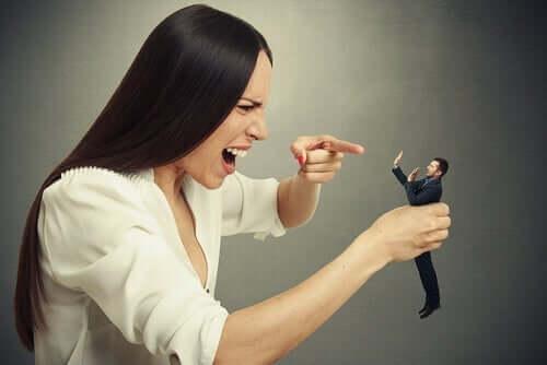 Tall-Man-Syndrom- Frau hält kleinen Mann in der Hand