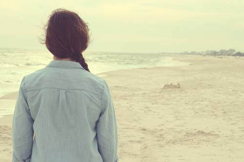 Trainiere dein Gehirn - Frau steht am Strand