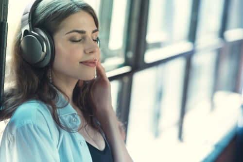 deine Stärken entdecken - Frau hört Musik