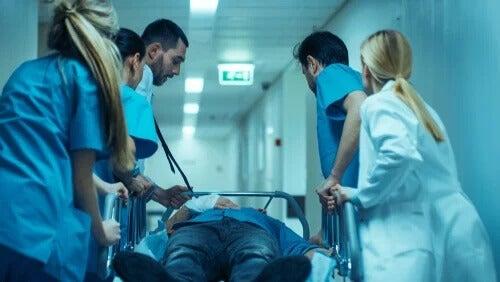 Notärzte retten einen Patienten. Arzt zählt zu den stressigsten Jobs.