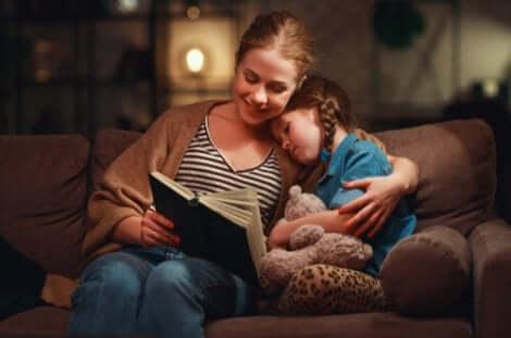 KInder, deren Eltern aktiv mit ihnen lesen, können größere Fortschritte erzielen