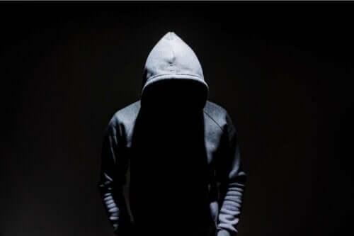 Anomie- Mann mit Kaputzenpullover