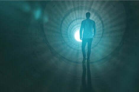 Das Bewusstsein - Mann läuft ins Licht