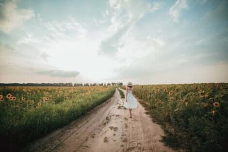 Das Leben - Frau an einem Sonnenblumenfeld
