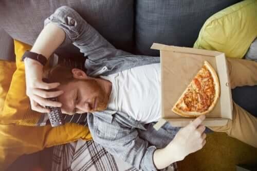 Essen aus Langeweile - Mann mit Pizza