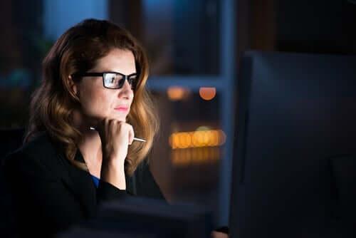 Intellektuelle Demut - Frau am Computer