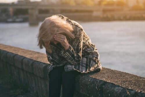 Langzeitarbeitslosigkeit - verzweifelte Frau