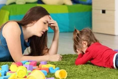 Permissive Kindererziehung - Mutter mit Tochter