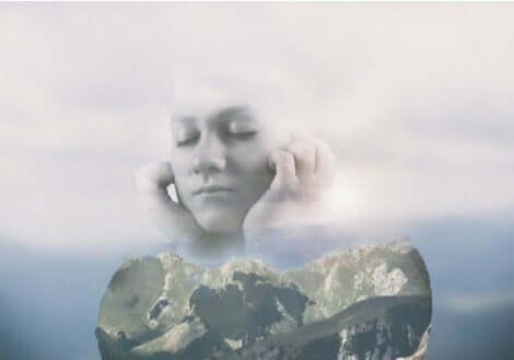 antifragil - Frau aus Wolken und Erde mit geschlossenen Augen