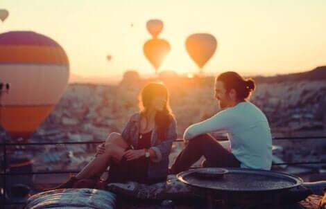 neue Beziehung - Paar beobachtet Heißluftballons