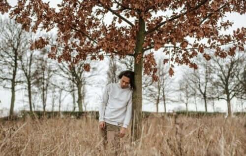 nicht genügend wertgeschätzt - Mann lehnt an einem Baum