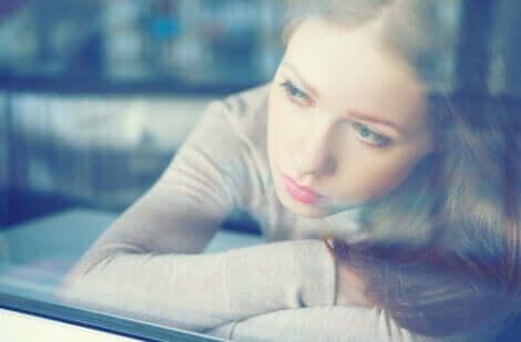 Emotionsbewältigung in Krisenzeiten - Frau am Fenster