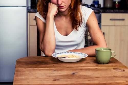 Essen aus Langeweile - Frau vor einem Teller