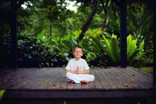 Friedensecke - meditierendes Kind