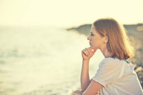 Gewissenhaftigkeit - Frau sitzt am Meer