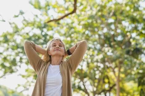 ältere Frau genießt die Natur