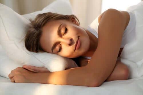 Schlafqualität - Frau lächelt im Schlaf