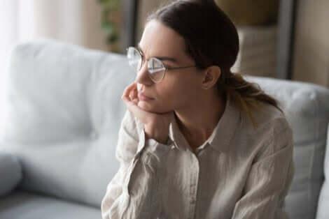 Unrealistische Erwartungen - nachdenkliche Frau mit Brille
