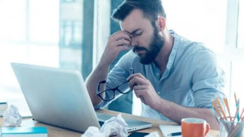 Verhaltensabhängigkeiten - überarbeiteter Mann am Laptop