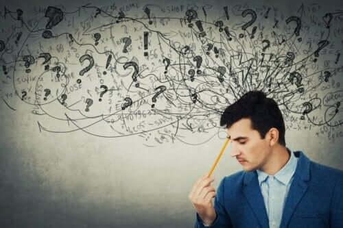 abstraktes Denken - Mann denkt nach