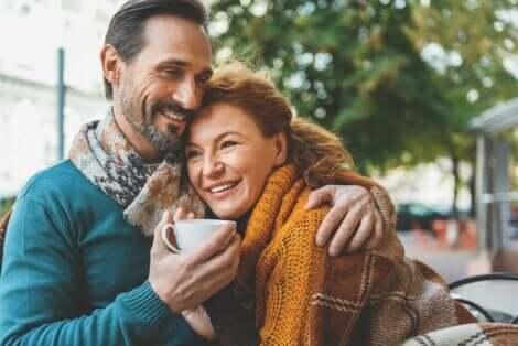 neue Beziehung - Paar umarmt sich