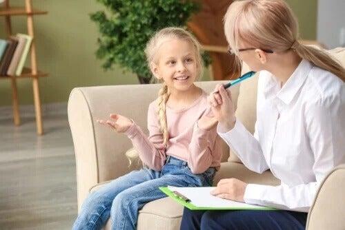 Ein Kind bei der Kindertherapeutin auf dem Sofa macht den WISC-Test.