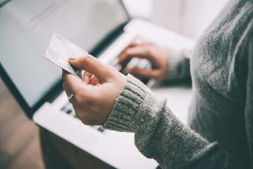 Bei Kreditkarten-Promotions werden oft Informationen außen vor gelassen
