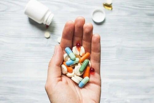 Eine Hand hält eine Auswahl von Psychopharmaka.