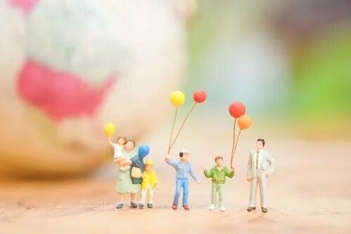 Eine Miniatur-Familie steht symbolisch für Familienmythen.