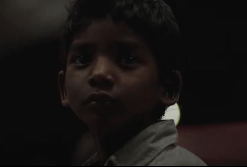 "Sunny Pawar als junger Saroo im Film ""Lion""."