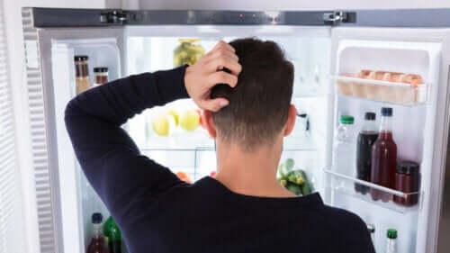 Frustessen - Mann vor Kühlschrank