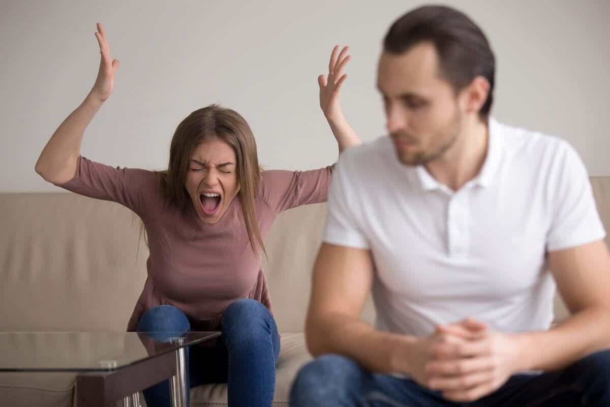 Die Kontrolle verlieren - schreiende Frau