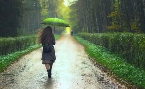 Die Situation könnte schlimmer sein - Frau im Regen