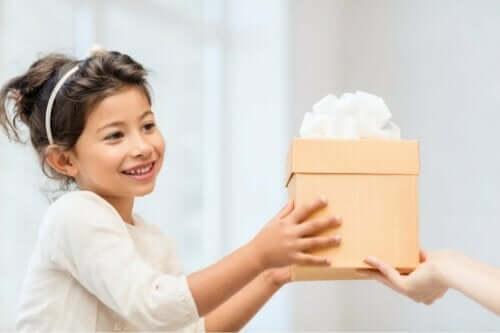 Emotionale Geschenke - Mädchen erhält Präsent