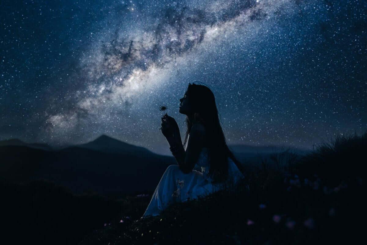Faszination - Frau unter nächtlichem Sternenhimmel