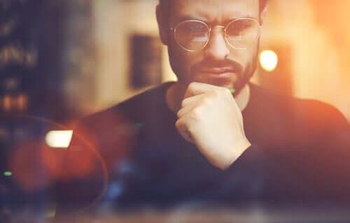 Jobangebot ablehnen - verwirrter Mann